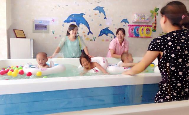 母婴店宝贝洗澡
