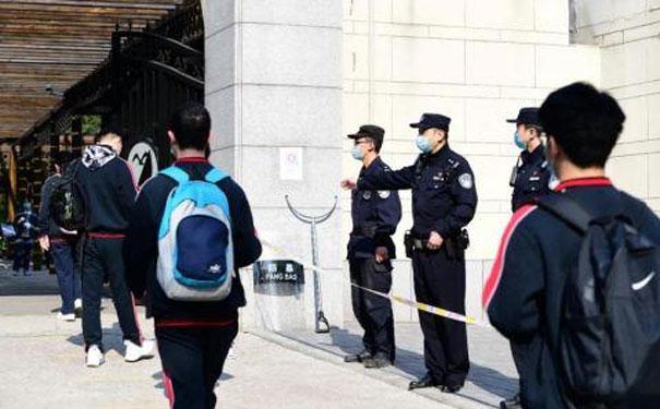直击北京高三开学首日:5000多名民警保驾护航