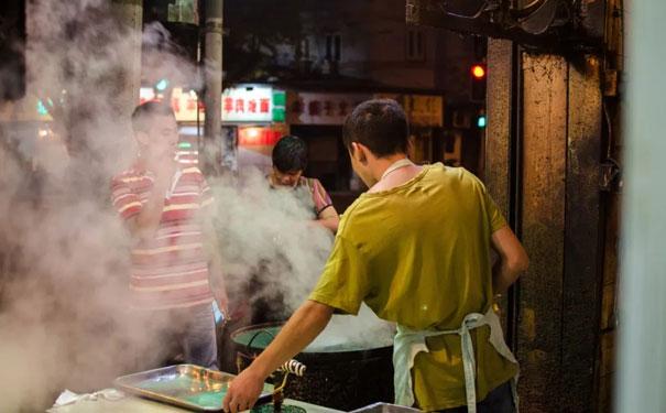 """""""小吃小喝""""迎来政策红利期,路边摊不再列入文明城市测评"""