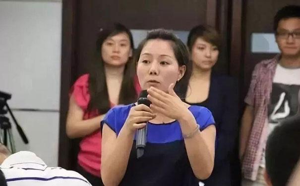 海底捞集团总经理杨丽娟:从四川妹子打工打出过亿身价,能翻身的人都做对了这3件事!